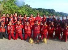 Tuan Mohd Rizal Buang beramah mesra bersama peserta Kursus Penyelamatan Di Tepi Pantai